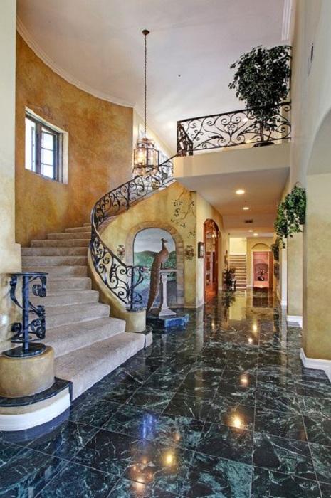 Шикарный дизайн дома дополнен лестницей в Средиземноморском стиле - обстановка для души.