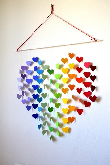 Интересное украшение для стены - радуга из сердец, наполнит комнату теплом.