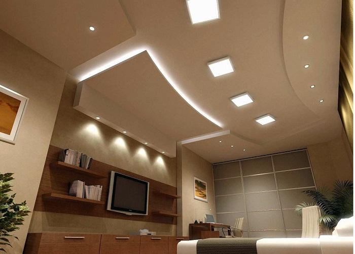 Потолок очень оригинально подсвечен и благодаря этому создается просто отличная обстановка в комнате.
