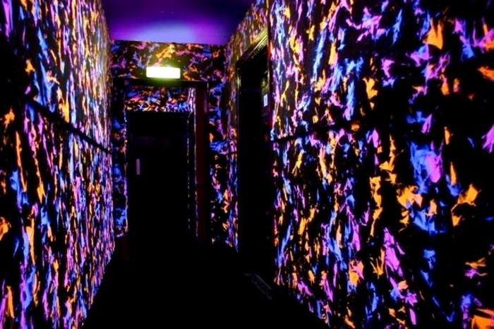 Интересный коридор, который украшают три разных цвета просто, но в тоже время симпатичен.