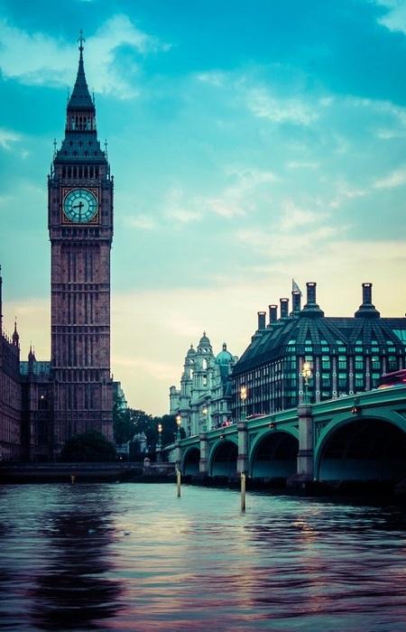 Лондон - город, столица Соединённого Королевства Великобритании и Северной Ирландии. Название Лондона восходит к названию римского города Лондиниума, происхождение которого остаётся неясным. Считается, что слово является доримским, заимствованным у местного населения.