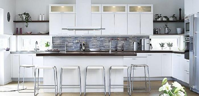 Хороший вариант создать уютную обстановку на кухне благодаря оформлению её в современном стиле.