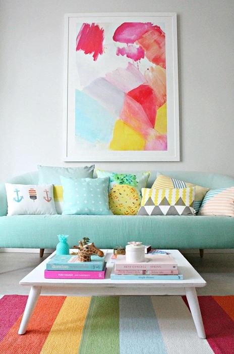 Оформление гостиной в ярких цветах - порадует глаз.