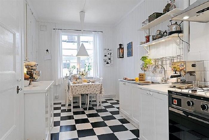 Оригинальная черно-белая плитка на полу кухни станет просто хорошим и перспективным решением для декора комнаты.