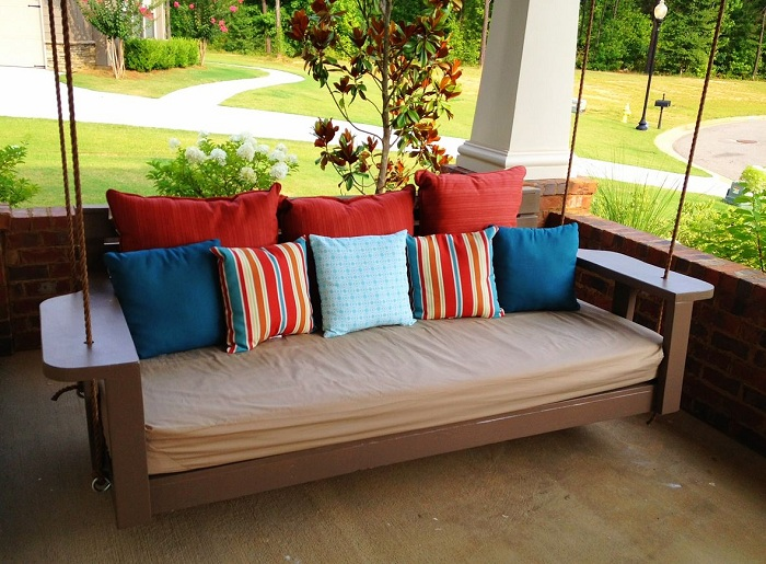Необыкновенная подвесная кровать на природе, порадует глаз и очарует.