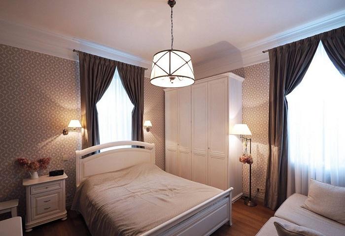Спальня в нежных тонах с оригинальными темно-шоколадными шторами.