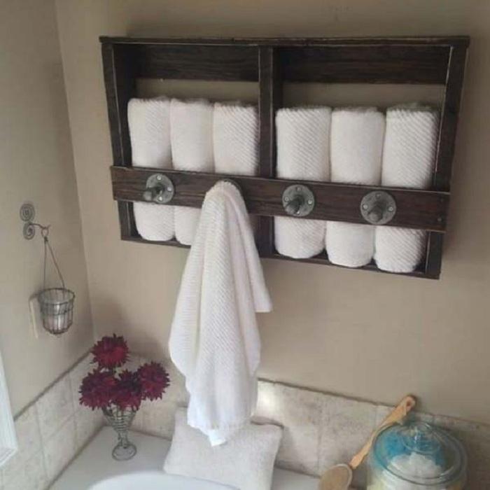 Вешалка и место хранения полотенец, то что точно пригодится в ванной комнате.