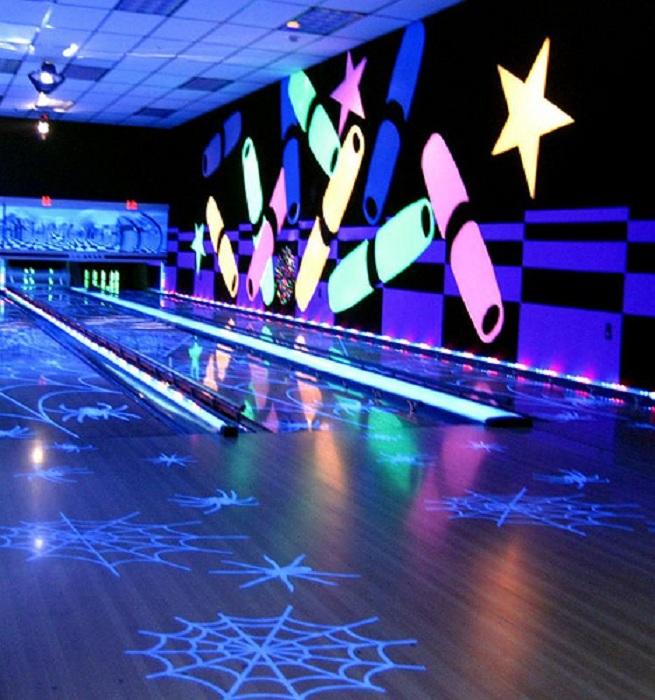 Прекрасное решение для оформления комнаты для игры в боулинг с яркой светящейся росписью стен.