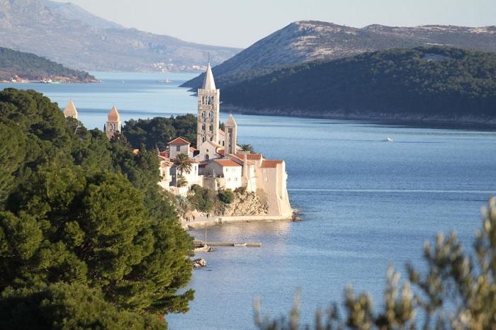 Город Раб славится своими старинными церквями и монастырями, которые расположены по периметру старого города, находящегося на вытянутом полуострове.