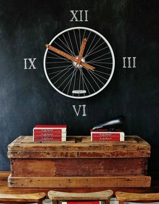 Правильная расстановка акцентов в комнате на удивительные часы из колеса.