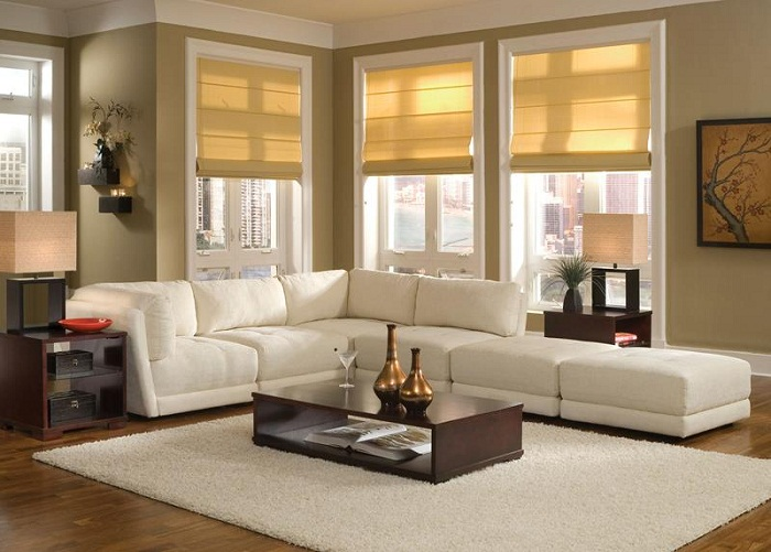 Размещение дивана под окнами в вашей маленькой гостиной может сделать предметы интерьера более привлекательными и удобными.