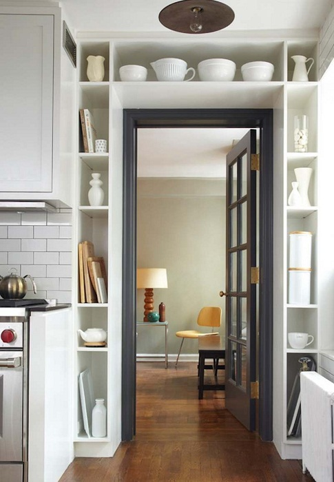Компактное и удачное оформление двери на кухне, оптимизирует интерьер.
