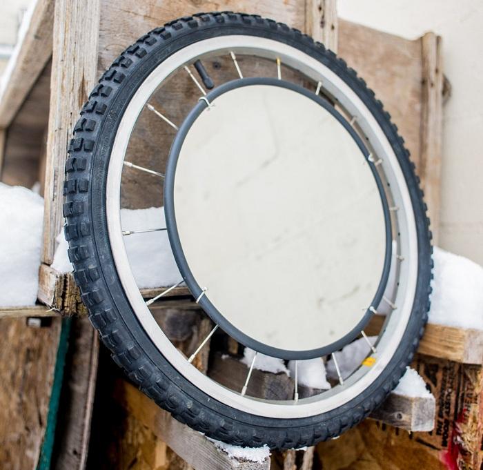 Один из удобных и практичных вариантов создать зеркало из колеса.