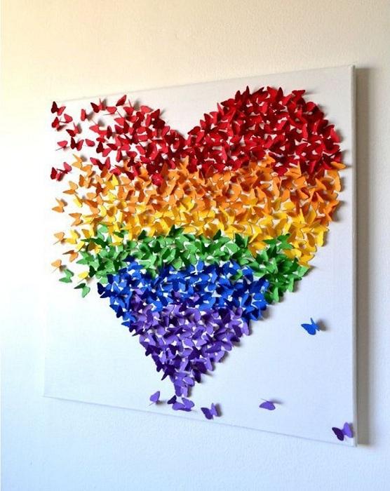 Креативное оформление стены бабочками, которые образовали узор в виде сердца.
