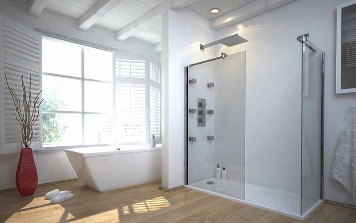 Красивый интерьер ванной комнаты с расширенным пространством и оформлением в белом цвете.