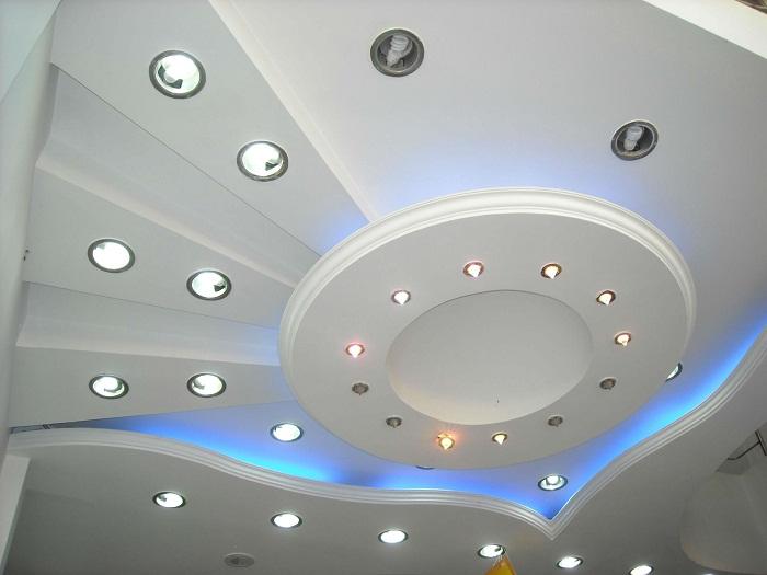 Хороший вариант оформления потолка в светлых тонах с очень красивой подсветкой, которая выглядит просто очаровательно.