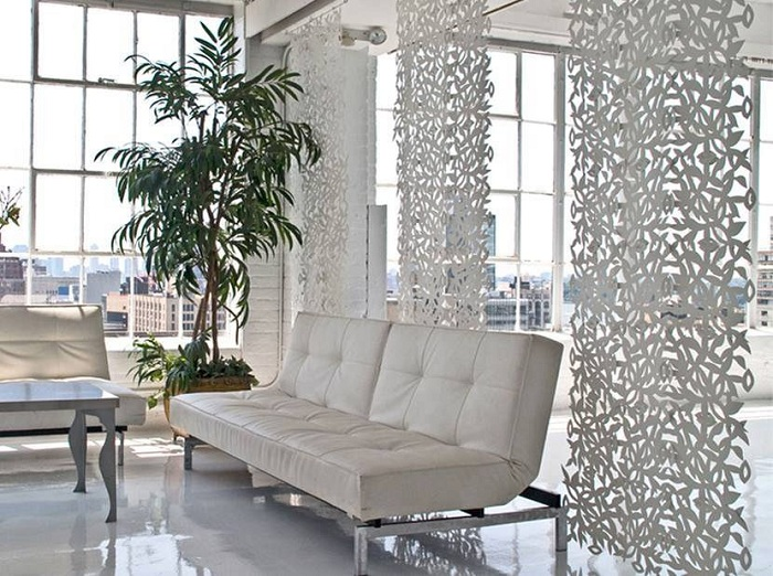 Гарненький приклад вдалого декорування кімнати за допомогою оригінальних перегородок.