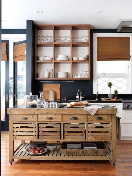 Интересное сочетание в оформлении кухни черно-белая мебель прекрасно сочетается с деревянными элементами.