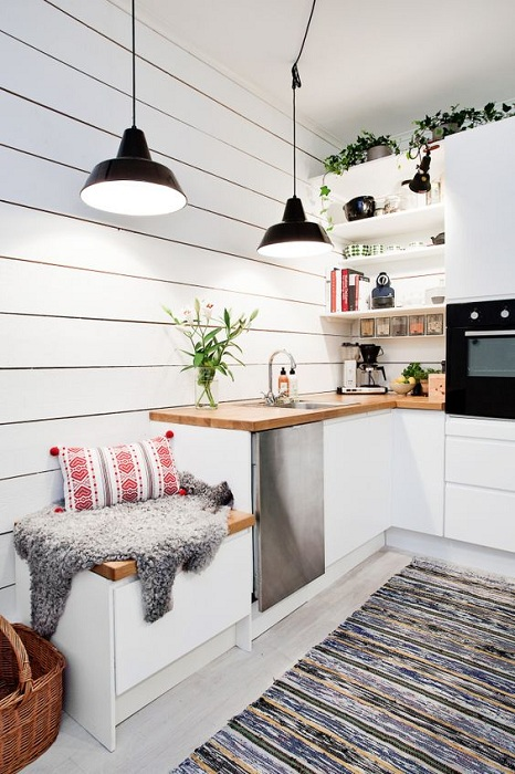 Отменное настроение в светлых тонах с деревянной столешницей и удобным местом для сидения.
