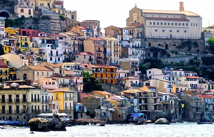 Тропея Калабрия - столица курортного отдыха, город на скале в южной части Италии, ворота к острову Страмболи и песчаные пляжи Тропеи.