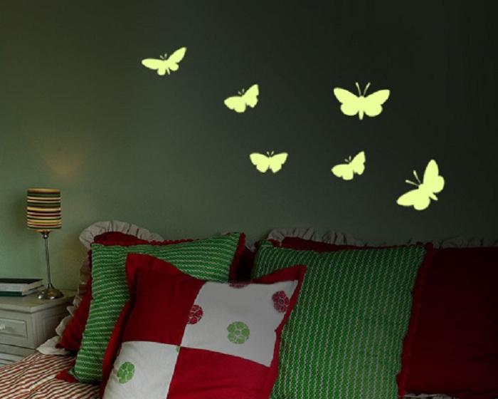 Яркая россыпь бабочек на стене, станет отличным украшением интерьера комнаты.