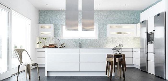 Хорошенький вариант оформить кухню в белом цвете и в современном стиле.