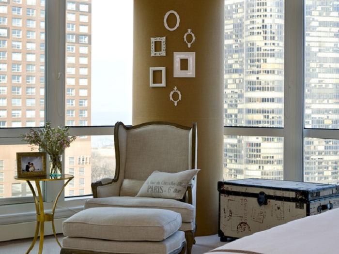 Стена в комнате украшена рамками -  просто и креативно одновременно.