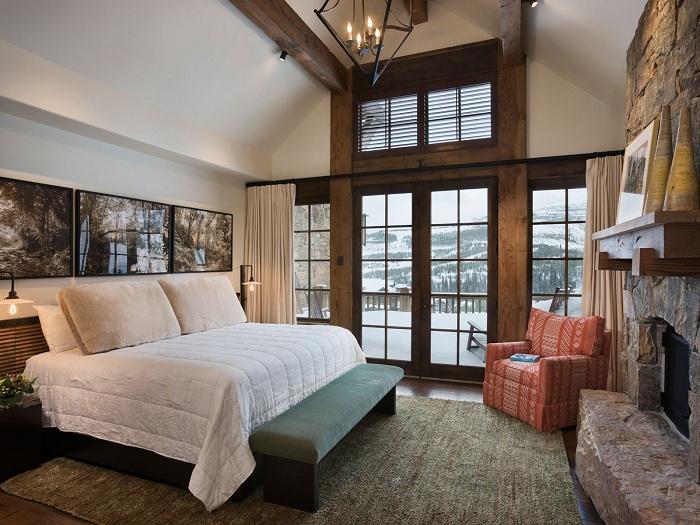 Светлая спальня с отличным видом из окна, который украшает комнату.