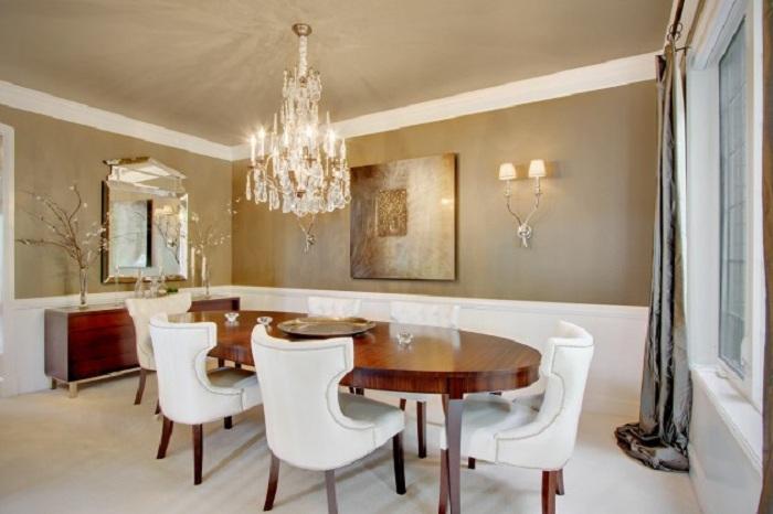 Нежные цвета в оформлении интерьера столовой в сочетании с симпатичной люстрой которая делает комнату более привлекательной.