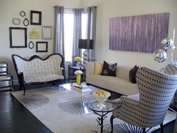 Мелкие симпатичные узоры украшают интерьер гостиной, а рамки добавляют своеобразной атмосферы.