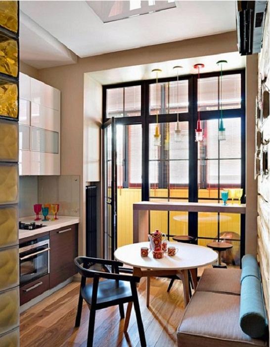 Хороший и приятный интерьер кухни с маленькой площадью, что станет просто отличным вариантом для оформления кухни.