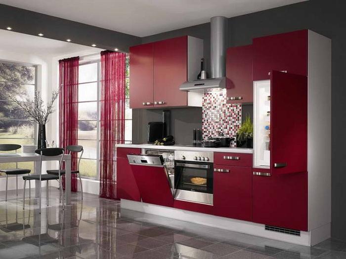 Дизайн кухни в контрастных оттенках спелой вишни.