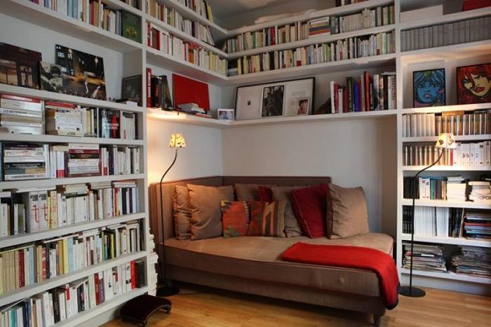 Легкий и ненавязчивый интерьер комнаты оборудован и обустроен для отдыха и чтения любимой книги.