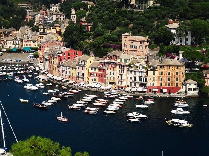 Портофино - красивый и престижный курорт в Италии. У подножия холма, покрытого пышной растительностью, вдоль уютной бухты расположены красочные домики.