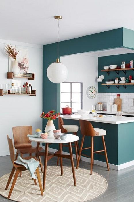 Интересное и отменное решение создать утонченный интерьер при помощи декорирования кухни.