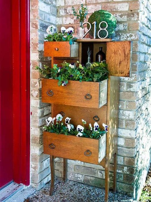 Старинный комод стал отличным местом для укромного нахождения в нем цветов.