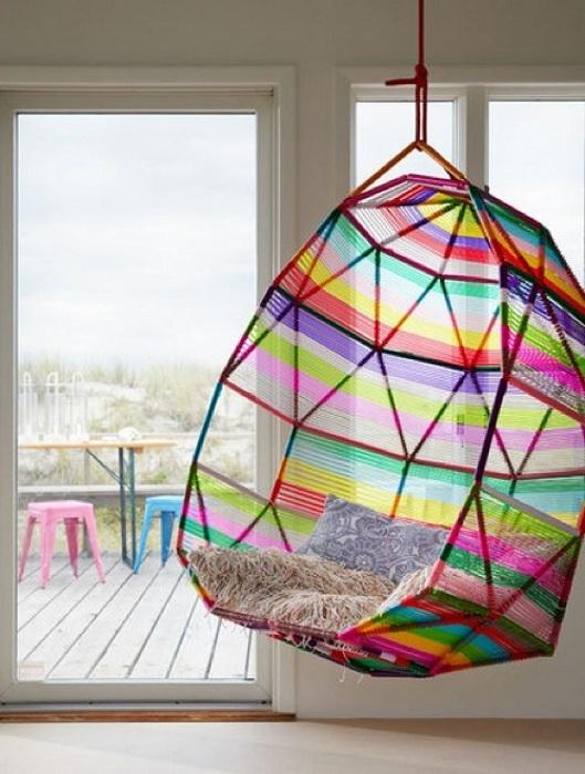 Яркий подвесной стул не только украсит интерьер, но и создаст комфортные условия для отдыха.
