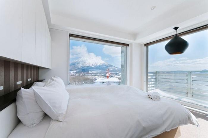 Шикарный зимний пейзаж, который открывается из прекрасной спальни.