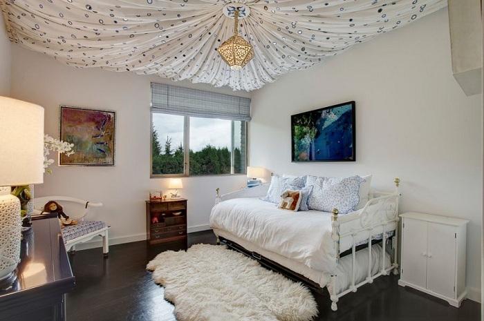 Отличное декорирование спальни при помощи такого легкого и воздушного потолка, который освежает интерьер и делает его просто сказочным.