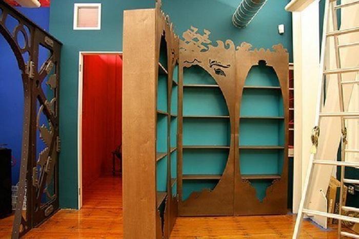 Удобный вариант создания укромного пространства за стенкой-шкафов.