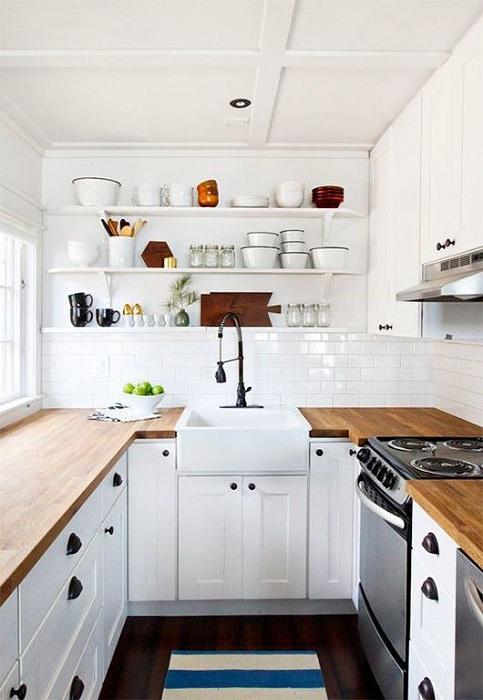Симпатичное и очень комфортное решение для декорирования П-образной мини-кухни, что преобразит интерьер.