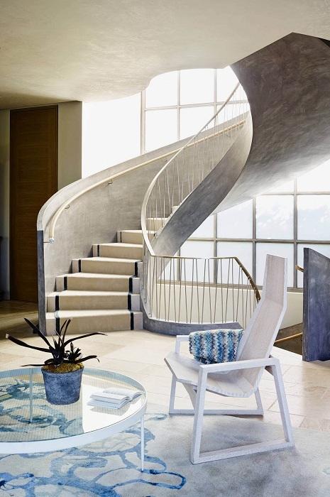 Шикарная лестница серого цвета дополняет и без того прекрасный дизайн комнаты в серо-синих тонах.