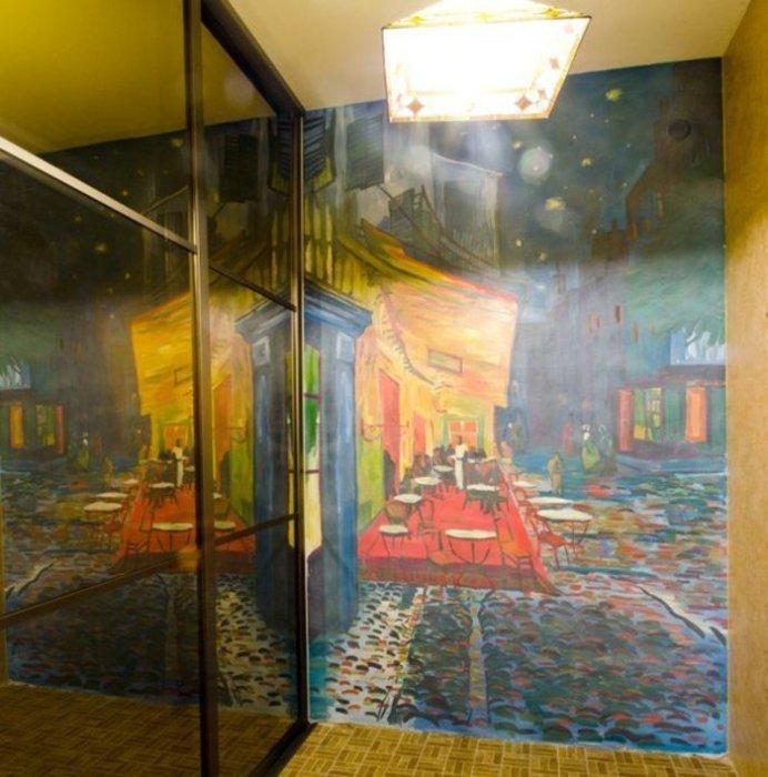 Картина в ярких тонах создаст специфическую атмосферу в любой комнате.
