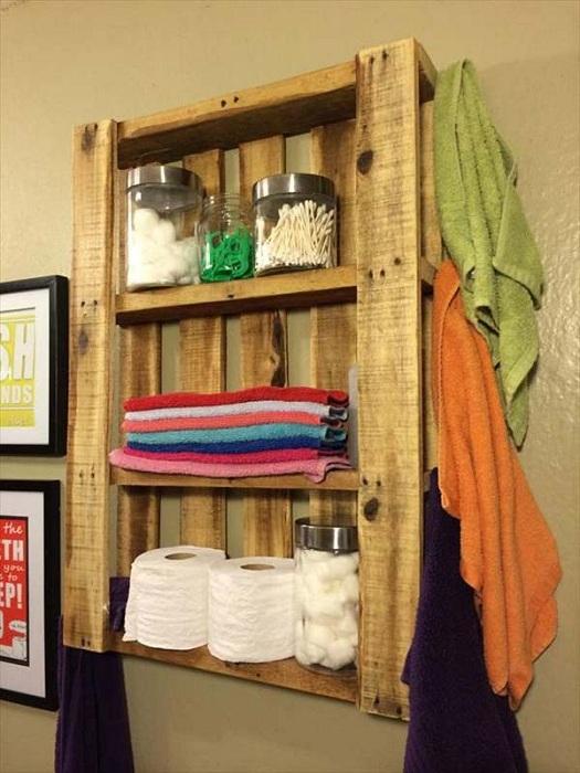Открытые навесные полки найдут свое применение в любой ванной комнате.