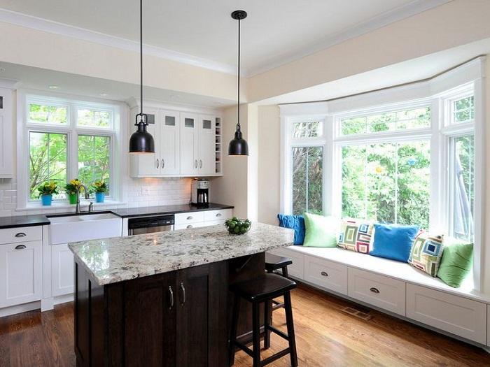 Хорошенький вариант декорировать интерьер комнаты с помощью прекрасного диванчика на подоконнике.