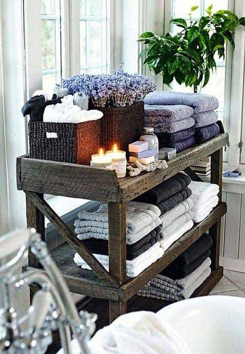 Открытые стеллажи специально для удобного хранения полотенец в ванной комнате.