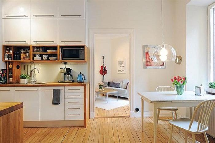 Хорошее и удачное решение создать кухню в белых тонах с деревянными элементами, что точно вдохновит.