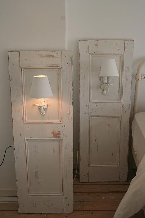 Интерьер комнаты преобразит нестандартная дверь со светильником, что будет смотреться очень интересно.