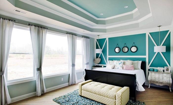 Крутое решение декорировать спальню интересными и оригинальными шторами.
