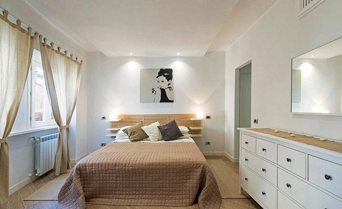 Симпатичный и стильный интерьер спальной в коричнево-белых тонах.